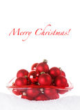 Baubles vermelhos do Feliz Natal na bacia de vidro com Sno Fotografia de Stock