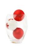 Baubles vermelhos do Natal em uma bacia Fotos de Stock