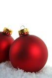 Baubles vermelhos do Natal na neve Imagem de Stock Royalty Free