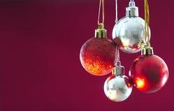 Baubles vermelhos e de prata do Natal Fotografia de Stock