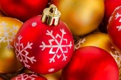 Baubles vermelhos e dourados do Natal Fotos de Stock