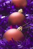 Baubles vermelhos no ouropel Fotos de Stock