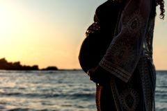 Bauch der schwangeren Frau lizenzfreies stockfoto