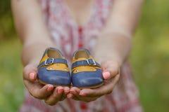 Bauch der schwangeren Frau, der Babybeuten hält Gesunde Schwangerschaft Stockbild