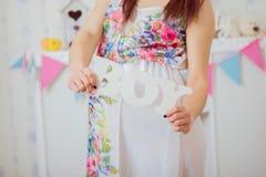 Bauch der schwangeren Frau Die Gesundheit und die Schwangerschaft der Frauen Lizenzfreies Stockfoto