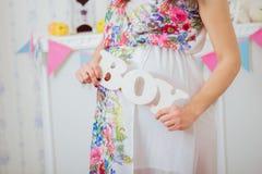 Bauch der schwangeren Frau Die Gesundheit und die Schwangerschaft der Frauen Lizenzfreie Stockfotos