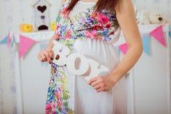 Bauch der schwangeren Frau Die Gesundheit und die Schwangerschaft der Frauen Stockbilder