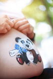 Bauch einer schwangeren Frau auf einem hellen Hintergrund Lizenzfreie Stockfotografie