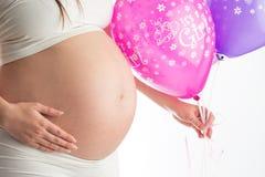 Bauch und Ballone der schwangeren Frau lokalisiert auf weißem Hintergrund Lizenzfreies Stockbild