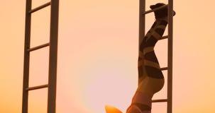 Bauchmuskel?bungen Eine junge Schönheit athletisch bei Sonnenuntergang gegen den See in der Sommerfrau beim Sportkleidungshandeln stock video