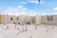 Bauen des Energiesparenden Hauses Strukturelle Isolierplatten mit Kunststoffrohren in der Grundlage stockbild