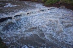 Bauen einer künstlichen Verdammung Zu Wasser während der Trockenzeit speichern, ther Lizenzfreie Stockbilder