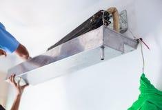 Bauen Sie auseinander und säubern Sie Klimaanlagen-Teile auf Hochdruckwasser oder dem Luftweg von der Düse oder vom Vakuum Gerät- stockfoto
