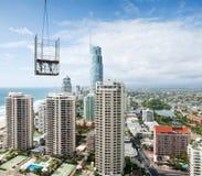 Bauen Sie eine moderne Stadt auf, die vom hohen Anstieg angesehen wird Lizenzfreies Stockbild