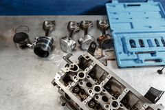 Bauen Sie Motorblockfahrzeug auseinander Bewegungskapitalreparatur Ventil sechzehn und Vierzylinder Autoservicekonzept Der Job vo stockbild