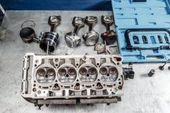 Bauen Sie Motorblockfahrzeug auseinander Bewegungskapitalreparatur Ventil sechzehn und Vierzylinder Autoservicekonzept Der Job vo lizenzfreies stockbild