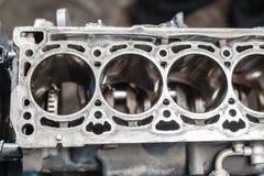 Bauen Sie Motorblockfahrzeug auseinander Bewegungskapitalreparatur Ventil sechzehn und Vierzylinder Autoservicekonzept Der Job vo stockfotografie