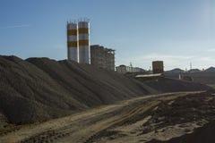Bauen Sie Zerkleinerungsmaschinenanlage in der Sand- und Kiesproduktion ab Stockfoto