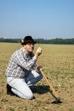 Bauer betrachtete Anlagen auf seinem Gebiet Stockbilder