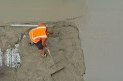 Bauerbauer, der Zement planiert lizenzfreie stockfotos