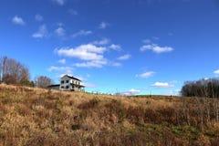 Bauernhaus auf einem Hügel lizenzfreie stockfotografie