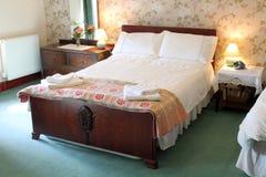Bauernhaus-Bett-Raum Stockbild