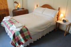 Bauernhaus-Bett-Raum Lizenzfreie Stockfotografie