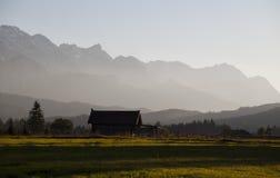 Bauernhaus in den Alpen vor Sonnenuntergang Lizenzfreies Stockfoto