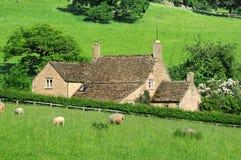Bauernhaus in der englischen Landschaft von Cotswolds Stockfotografie
