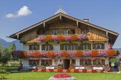 Bauernhaus mit Blumenschmuck Royalty Free Stock Photos