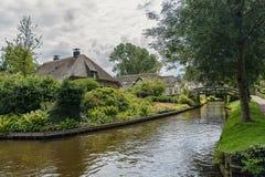 Bauernhaus mit einem Strohdach und schöner Garten entlang einem Abzugsgraben Giethoorn, bekannt als Holländer Venedig Lizenzfreie Stockfotografie