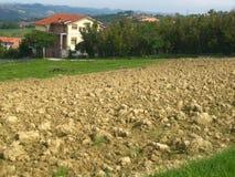 Bauernhaus mit gepflogenem Feld Stockfotografie