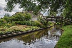 Bauernhaus mit schönem Garten entlang einem Abzugsgraben in Giethoorn, bekannt als Holländer Venedig Lizenzfreies Stockfoto