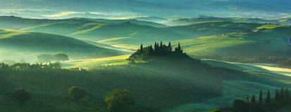 Bauernhaus in Toskana auf einem frühen Morgen im Frühjahr Lizenzfreie Stockbilder