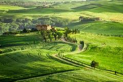 Bauernhaus in Toskana fand auf einem Hügel Lizenzfreie Stockbilder