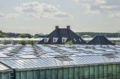 Bauernhaus und Gewächshäuser lizenzfreie stockbilder