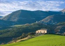 Bauernhaus und Hügel Stockfotos