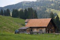 Bauernhaus und Yard. Schweizer Bauernhof Stockfotografie