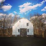 Bauernhaus unter einem blauen Himmel Stockbild