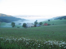 Bauernhauskurzschluß vor dem Sonnenaufgang stockbild