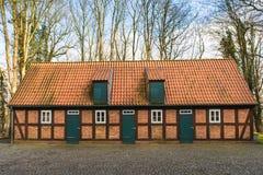 Bauernhausstellung von roten Backsteinen im Wald Lizenzfreie Stockbilder