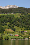 Bauernhof über Hardangerfjord, Norwegen Lizenzfreie Stockbilder