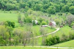 Bauernhof auf dem Hügel Stockbilder