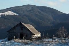 Bauernhof in den Bergen Stockfotografie