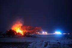 Bauernhof, der unten brennt stockfotos