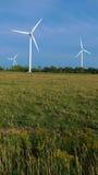 Bauernhof der Windturbinen über Ackerland Stockbild