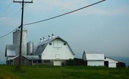 Bauernhof durch die Straße Lizenzfreies Stockfoto