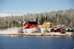 Bauernhof durch See Stockfotografie