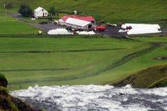 Bauernhof in einem grünen Tal in Island Stockfotos