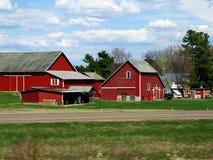 Bauernhof entlang einer Straße Stockfotografie